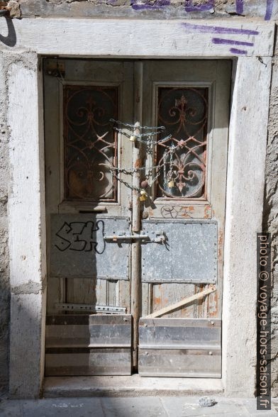 Vieille porte barricadée à Trieste. Photo © Alex Medwedeff
