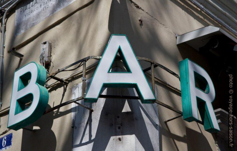 Inscription lumineuse BAR sur le coin d'une maison. Photo © Alex Medwedeff