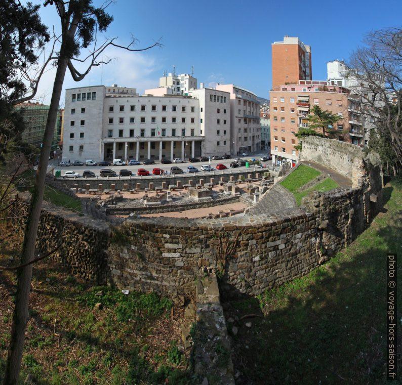 Le théâtre romain de Trieste entouré d'immeubles récents. Photo © André M. Winter