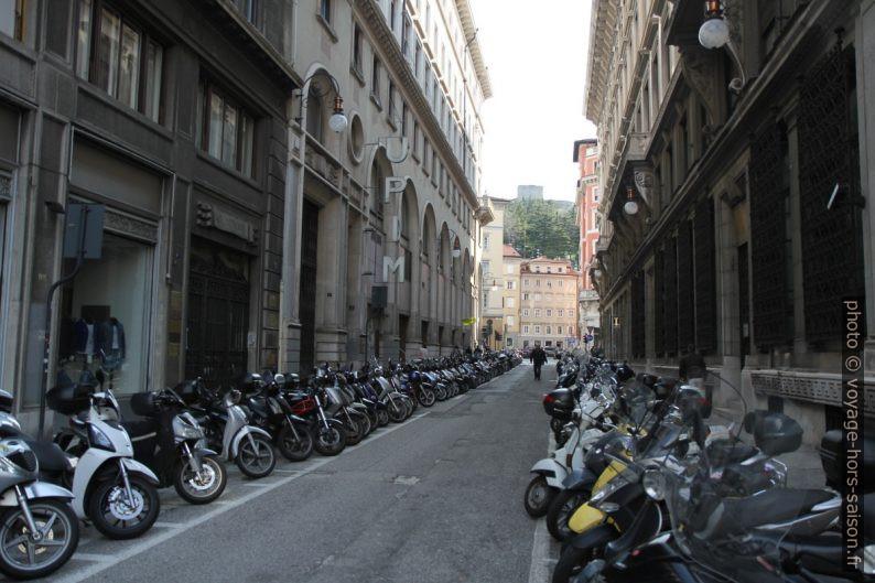Parking de mobylettes dans la Via Santa Caterina da Siena. Photo © Alex Medwedeff