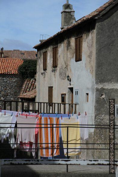 Du linge coloré à sécher devant une vieille maison. Photo © Alex Medwedeff