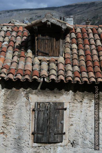 Vieux toit avec vieille lucarne sur une vieille maison. Photo © Alex Medwedeff