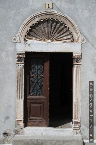 Linteau de porte surmonté d'un grand coquillage. Photo © Alex Medwedeff