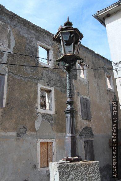 Maison et lanterne en ruine en plein centre de Senj. Photo © André M. Winter