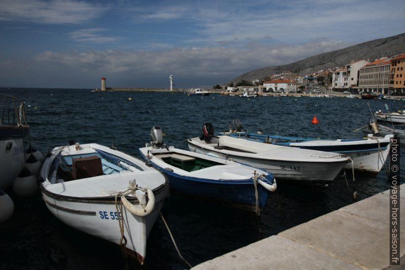 Petit bateau de pêche dans le port Senj. Photo © Alex Medwedeff