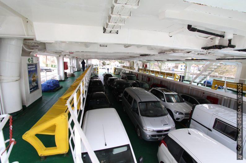 Pont des véhicules sur le ferry Sveti Juraj de la Jadrolinija. Photo © André M. Winter