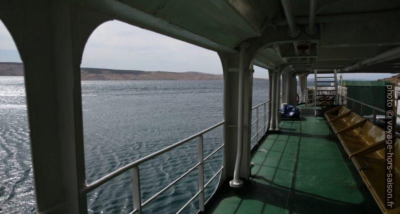 Vue du pont moyen du ferry Sv. Juraj vers l'Île de Pag. Photo © Alex Medwedeff