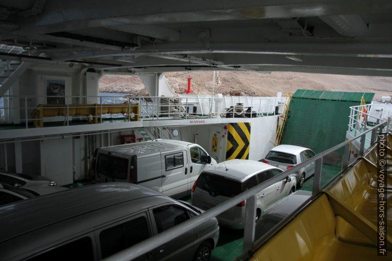 Pont des voitures de ferry Sv. Juraj avant d'accoster à Pag. Photo © Alex Medwedeff