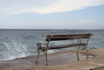 Banc en bord de Meer. Photo © Alex Medwedeff