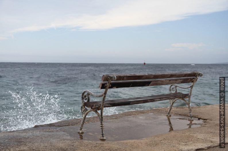 Banc en bord de Meer. Photo © Alex Medwedeff
