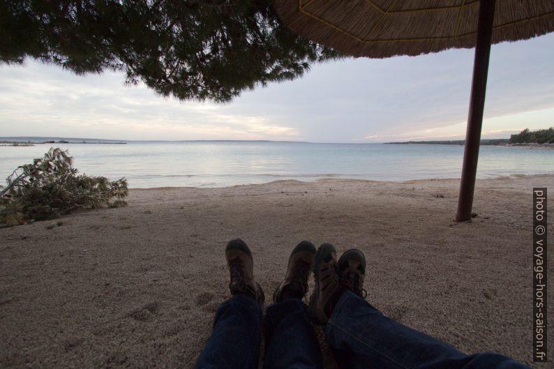 Nos jambes sur la plage de Šimuni. Photo © André M. Winter