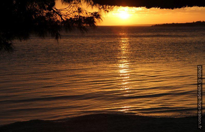 Coucher de soleil dans la baie de Šimuni. Photo © Alex Medwedeff
