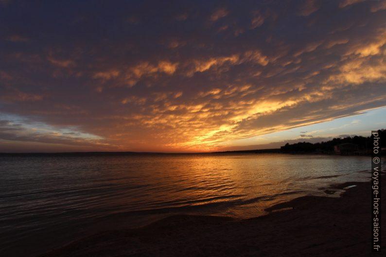 Nuage doré par le coucher de soleil à Pag. Photo © André M. Winter