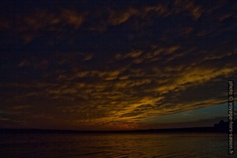 Fin du coucher du soleil à Pag au printemps. Photo © André M. Winter