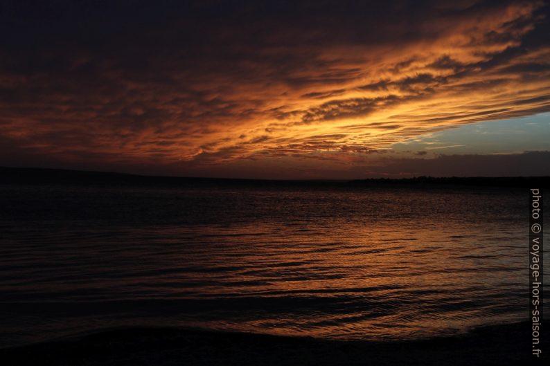 Nuage doré par le coucher de soleil à Pag. Photo © Alex Medwedeff