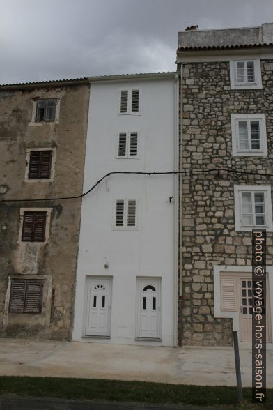 Maisons étroites dans la rue Ulica Ruića. Photo © Alex Medwedeff