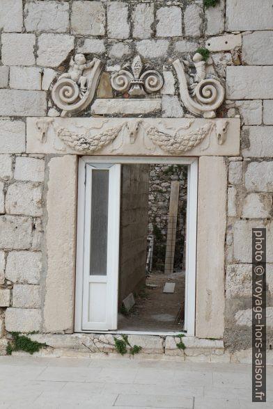 Spolium: linteau de porte à Grad Pag. Photo © Alex Medwedeff