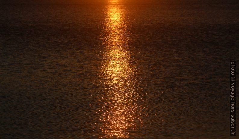 Reflet du coucher du soleil dans l'eau. Photo © André M. Winter