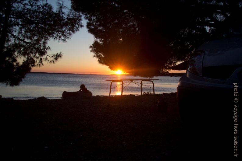 Notre Trafic et la table de camping lors du coucher du soleil. Photo © André M. Winter