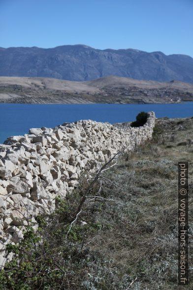 Mur en pierre sèche rectiligne et le Baie de Pag. Photo © Alex Medwedeff