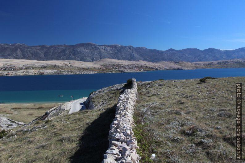 Mur en pierre sèche rectiligne, Golfe de Pag et le Massif de Velebit. Photo © André M. Winter