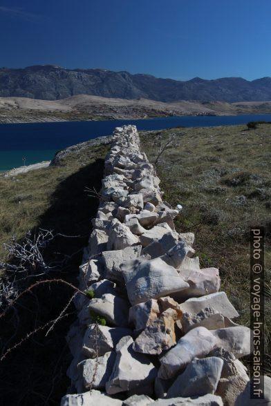Mur en pierre sèche rectiligne. Photo © André M. Winter