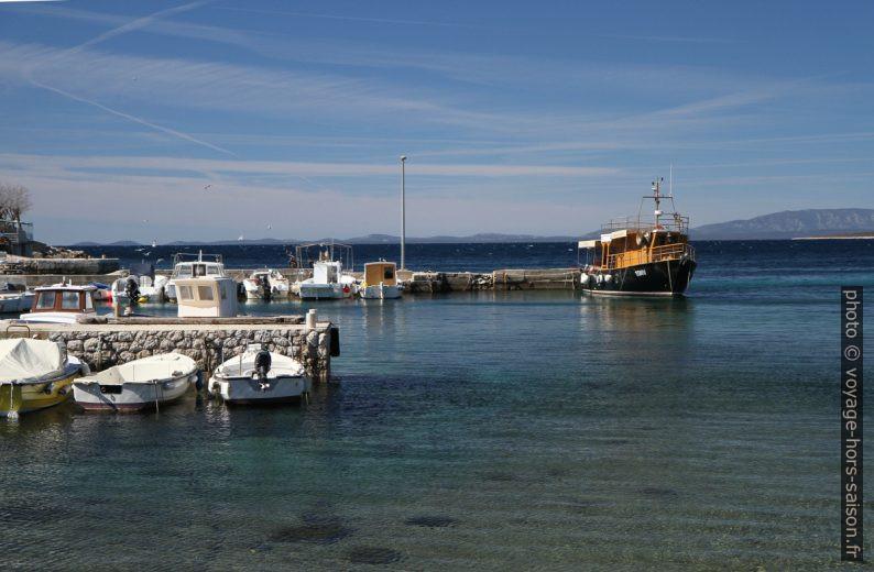 Bateau d'excursion dans le port de Tovarnele. Photo © Alex Medwedeff