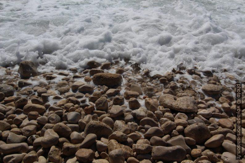Galets calcaire et l'écume qui recule. Photo © André M. Winter