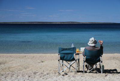 André déjeune sur la plage de Šimuni. Photo © Alex Medwedeff