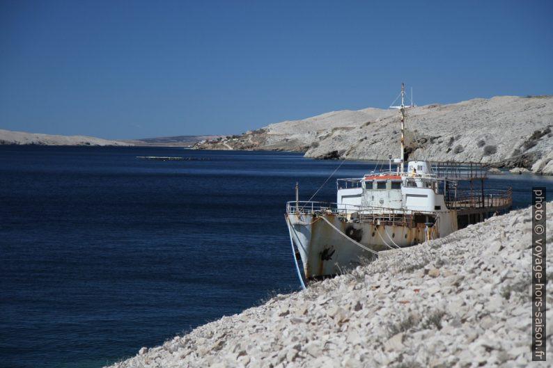 Vieux ferry dans la baie Dinjiška Uvala. Photo © Alex Medwedeff