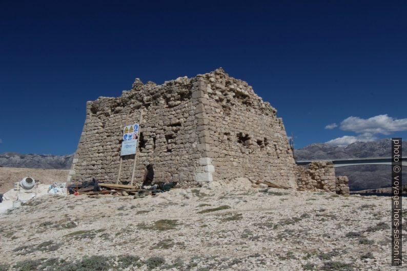Ruine de la forteresse Sanacija Fortice. Photo © André M. Winter