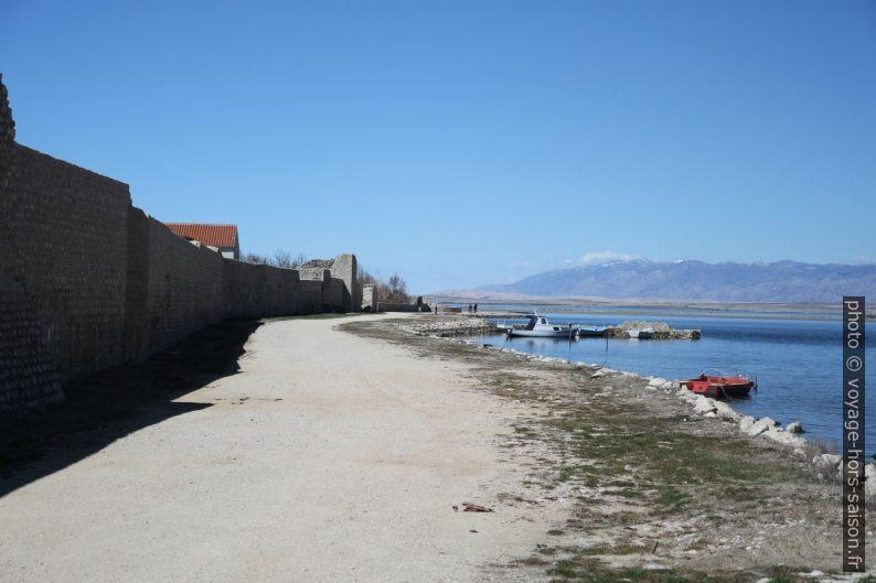 Le mur d'enceinte et la lagune de Nin. Photo © Alex Medwedeff