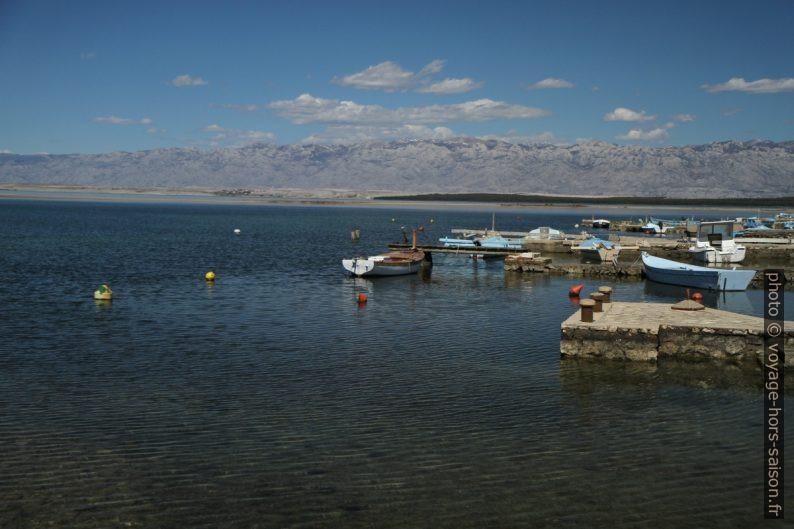 Massif de Velebit des bateaux de pèche de Nin. Photo © Alex Medwedeff
