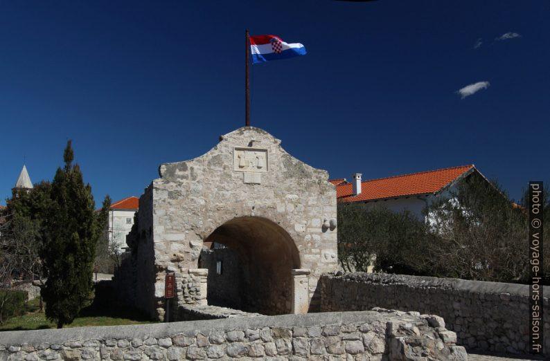 Porte de ville basse de Nin avec drapeau croate. Photo © André M. Winter