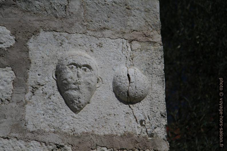 Anciennes sculptures sur la porte de ville basse de Nin. Photo © Alex Medwedeff