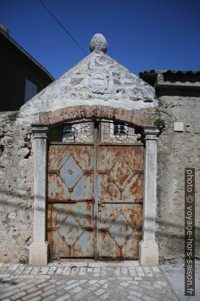 Remploi d'éléments du Moyen-Âge sur un portail. Photo © Alex Medwedeff