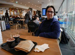 Alex en attente au café Paul à l'aéroport d'Orly. Photo © André M. Winter