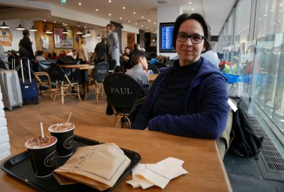 Alex en attente au café Paul à l'aéroport d'Orly. Photo © André M. Winter