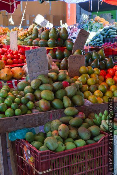 Stand de fruits au marché de Basse-Terre. Photo © Alex Medwedeff