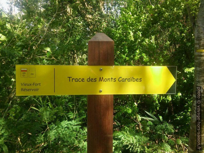Panneau indicateur de la Trace des Monts Caraïbes au château d'eau de Vieux-Fort. Photo © André M. Winter