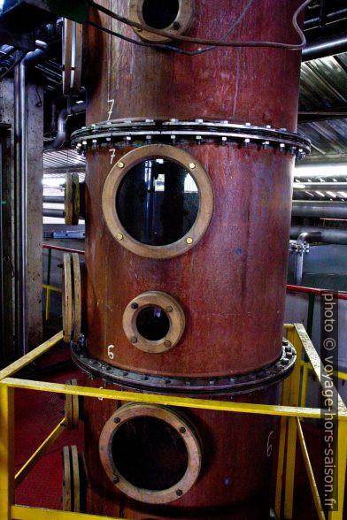 Tour de distillation de la rhumerie Bologne. Photo © Alex Medwedeff