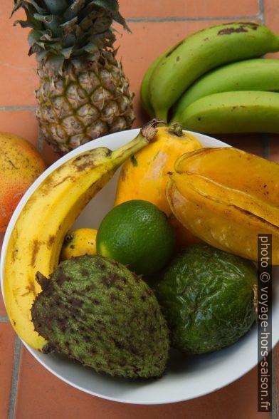 Assiette de fruits tropiques. Photo © Alex Medwedeff