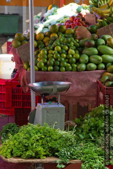Balance sur le marché de Basse-Terre. Photo © Alex Medwedeff