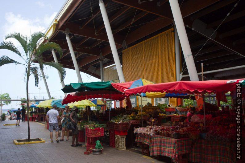 Nouvelle halle du marché de Basse-Terre. Photo © Alex Medwedeff