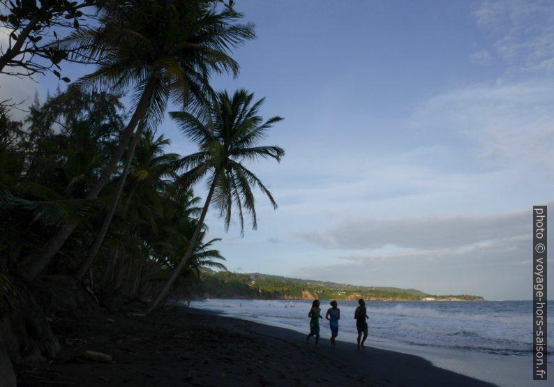 Joggeurs sur la plage noire de la Grande Anse. Photo © André M. Winter