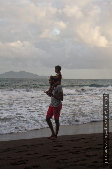Un père avec sa fille sur les épaules. Photo © Alex Medwedeff