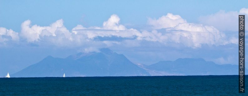 Île de Montserrat vue de Guadeloupe. Photo © André M. Winter