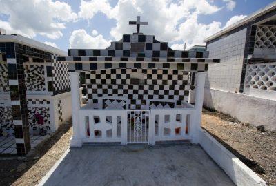 Chapelle funéraire carrelée de noir et blanc. Photo © André M. Winter