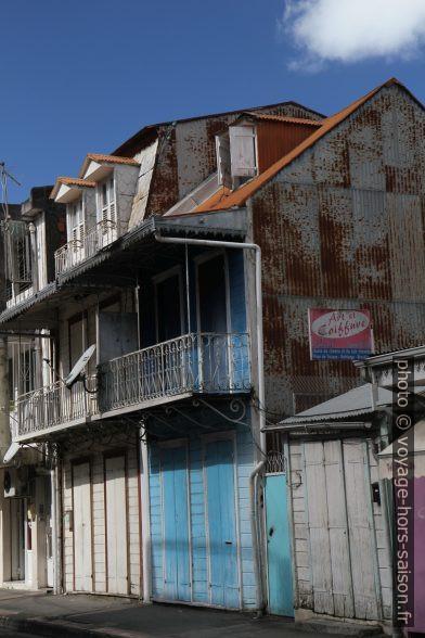 Maisons à Pointe-à-Pitre avec balcons en fer forgé. Photo © Alex Medwedeff