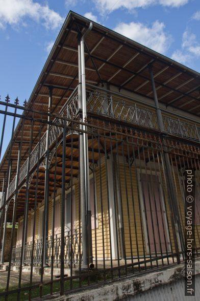 Balcons en fer forgé du Presbytère de Saint-Pierre-et-Saint-Paul. Photo © Alex Medwedeff